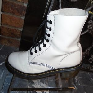 DR MARTENS WHITE LEATHER BOOTS ~ 9 ~ POPULAR STYLE